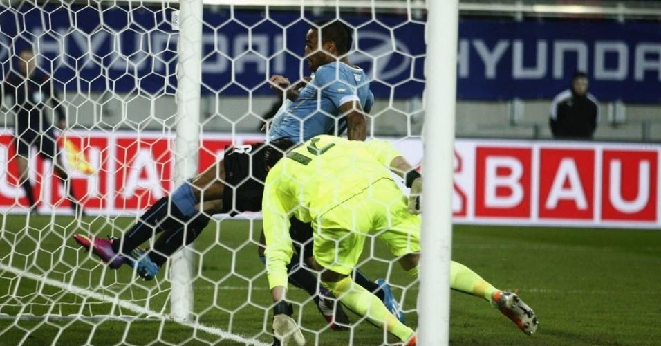 05.mar.2014 - Lateral do São Paulo, Alvaro Pereira marca para o Uruguai e salva sua seleção de derrota para a Áustria no último amistoso antes da Copa