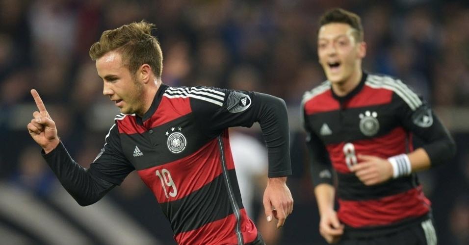 05.mar.2014 - Mario Goetze comemora após marcar para a Alemanha contra o Chile. Mesut Özil, ao fundo, foi o autor do passe para o gol.