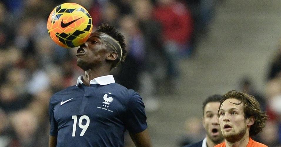 05.mar.2014 - Meia da seleção francesa, Paul Pogba cabeceia a bola durante amistoso contra a Holanda