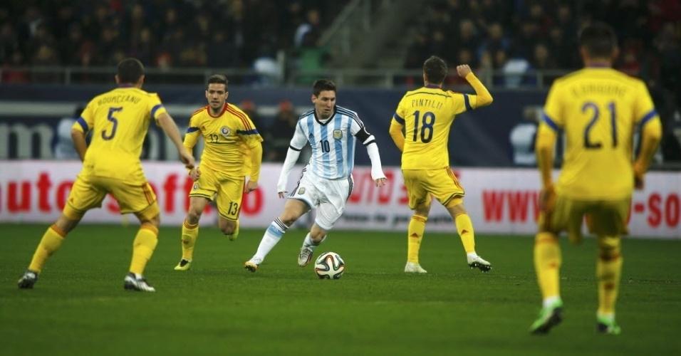 05.mar.2014 - Messi dribla e faz fila de marcadores da Romênia em amistoso pela Argentina