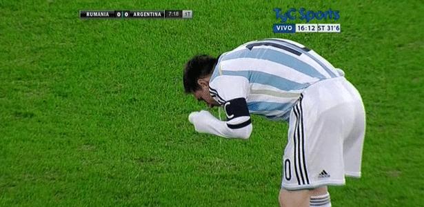 Messi passa mal e vomita em campo durante amistoso entre Argentina e Romênia, em 2014