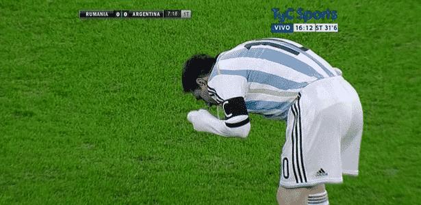 Messi passa mal e vomita em campo durante amistoso entre Argentina e Romênia, em 2014 - Reprodução/Twitter