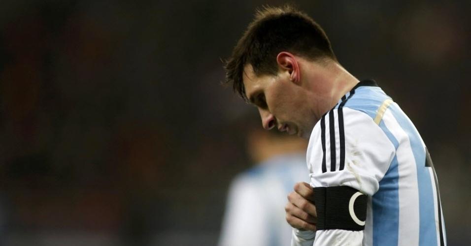 05.mar.2014 - Messi passou mal durante o jogo entre Argentina e Romênia na última data Fifa antes da Copa do Mundo