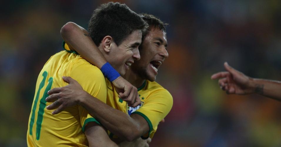 05.mar.2014 - Neymar abraça Oscar após o meia abrir o placar para o Brasil no amistoso contra a África do Sul