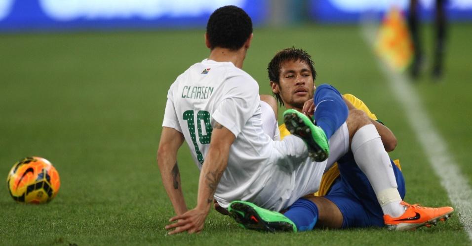 05.mar.2014 - Neymar cai no gramado e se enrosca em Claasen após driblar o sul-africano