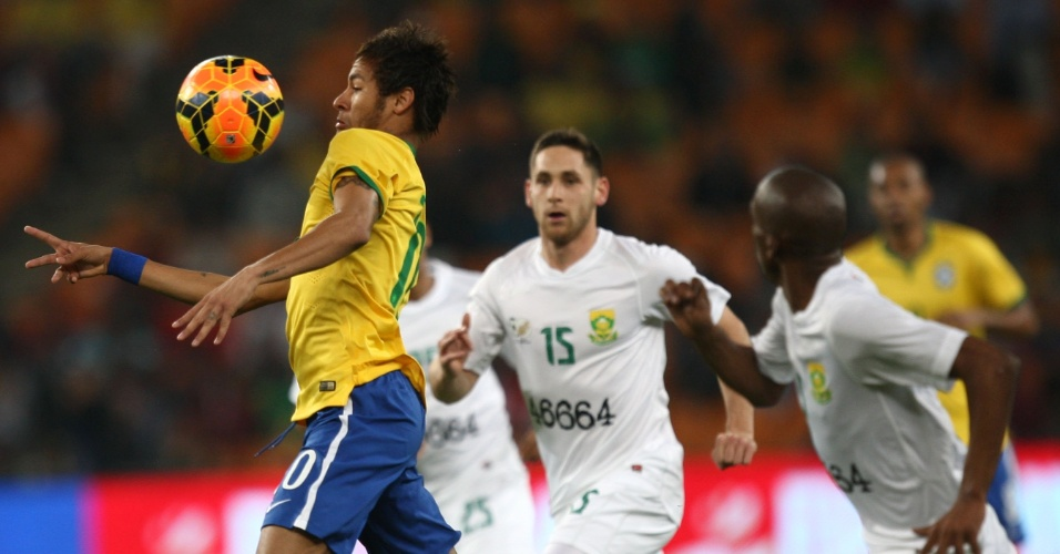 05.mar.2014 - Neymar domina a bola no peito durante amistoso entre Brasil e África do Sul, em Johanesburgo