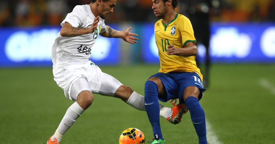 05.mar.2014 - Neymar dribla e é chutado por Claasen, da África do Sul, no último amistoso da seleção antes da Copa
