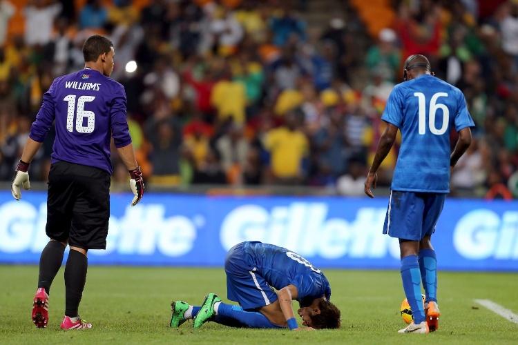05.mar.2014 - Neymar sente dores no gramado do Soccer City durante amistoso entre Brasil e África do Sul, o último antes da Copa