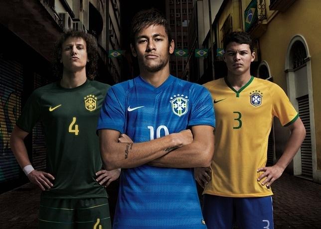 05.mar.2014 - O Brasil apresentou a nova camisa do segundo uniforme da seleção brasileira no amistoso contra a África do Sul