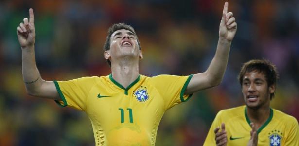 Oscar comemora após abrir o placar para o Brasil no amistoso contra a África do Sul