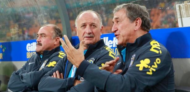 Parreira conversa com Felipão no banco de reservas da seleção durante o amistoso contra a África do Sul