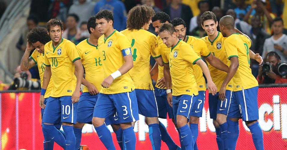 05.mar.2014 - Todos os jogadores da seleção brasileira foram cumprimentar Oscar após o meia abrir o placar para o Brasil contra a África do Sul