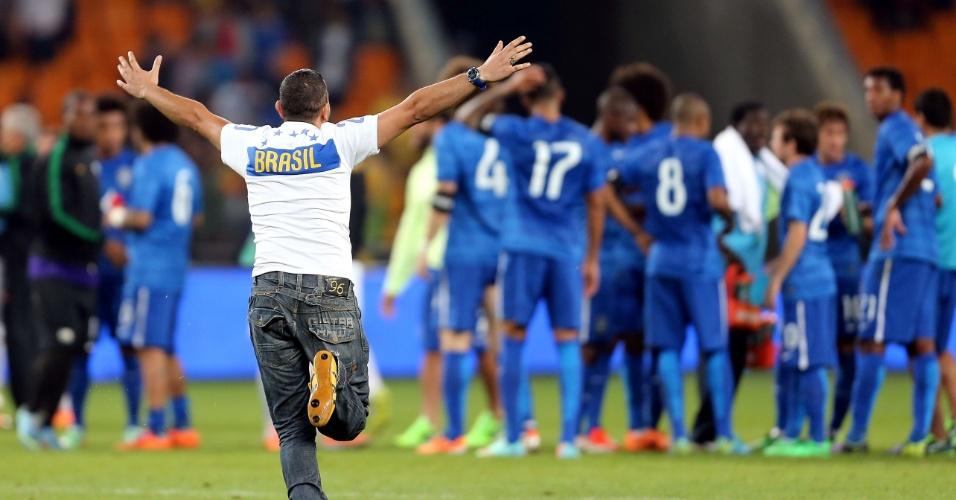 05.mar.2014 - Torcedor invade o gramado do Soccer City após a goleada do Brasil por 5 a 0 sobre a África do Sul