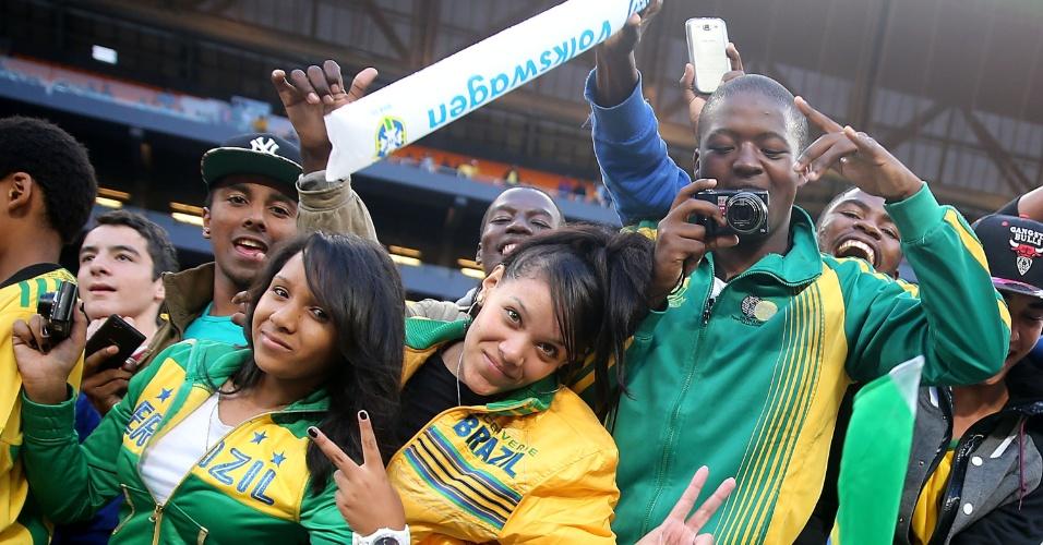 05.mar.2014 - Torcedores chegam ao Soccer City, em Johannesburgo, para assistir à partida entre Brasil e África do Sul