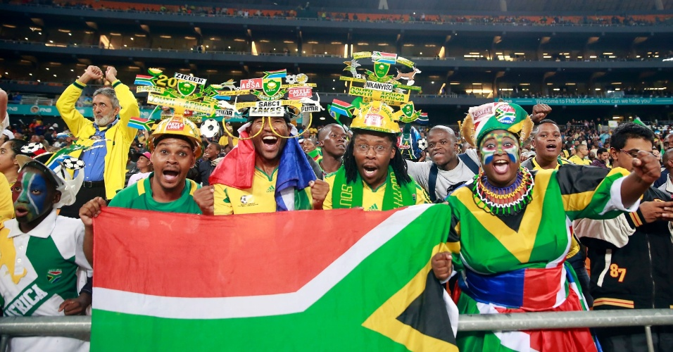 05.mar.2014 - Torcedores da África do Sul fazem festa nas arquibancadas do Soccer City no amistoso da seleção brasileira