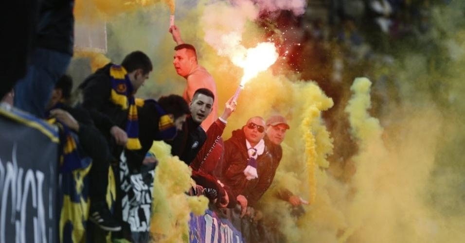 05.mar.2014 - Torcedores da Bósnia fazem festa nas arquibancadas durante amistoso contra o Egito