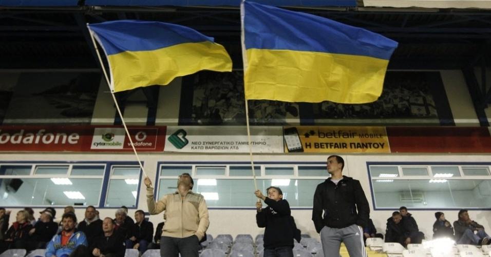 05.mar.2014 - Torcedores da Ucrânia balançam bandeiras durante amistoso contra os Estados Unidos, no Chipre. O jogo foi transferido para a ilha no Mar Mediterrâneo devido a instabilidade política na Ucrânia