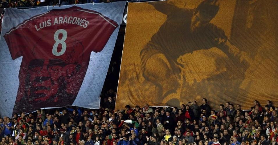 05.mar.2014 - Torcida exibe bandeirões com homenagem ao ex-técnico da Espanha, Luis Aragonés, que faleceu no último dia 1 de fevereiro