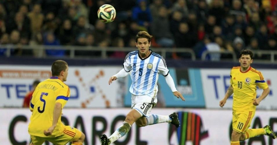 05.mar.2014 - Volante argentino Fernando Gago salta para tentar cabecear a bola durante amistoso com a Romênia