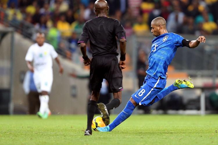 05.mar.2014 - Volante Fernandinho chuta para marcar o seu gol na vitória do Brasil sobre a África do Sul