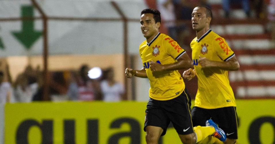 5.mar.2014 - Jadson comemora um de seus dois gols sobre o Linense pelo Campeonato Paulista
