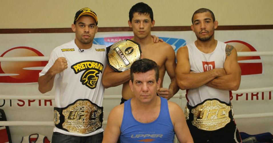 Campeão do Bellator Dudu Dantas, ao centro, posa com o técnico Dedé Pederneiras e os campeões do UFC Renan Barão e José Aldo