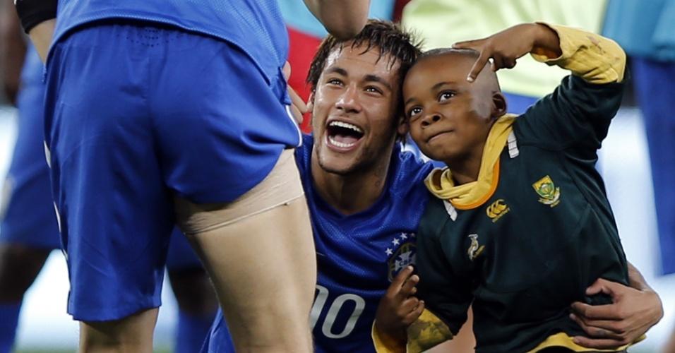 Garoto que invadiu o campo após a vitória do Brasil tira foto com Neymar