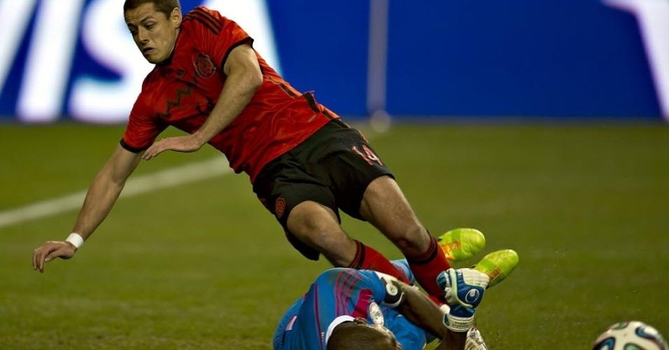 05.03.14 - Chicarito para no goleiro Enyeama no jogo entre México e Nigéria
