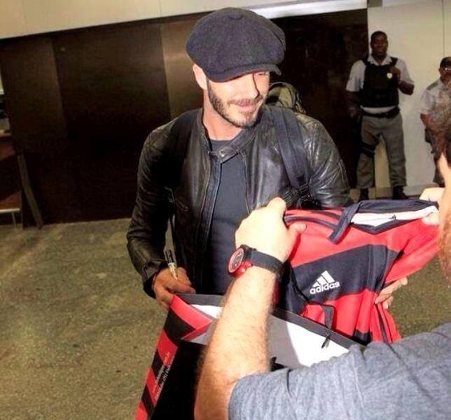 06.mar.2014 - Beckham ganha camisa do Flamengo ao chegar no Rio de Janeiro para o carnaval