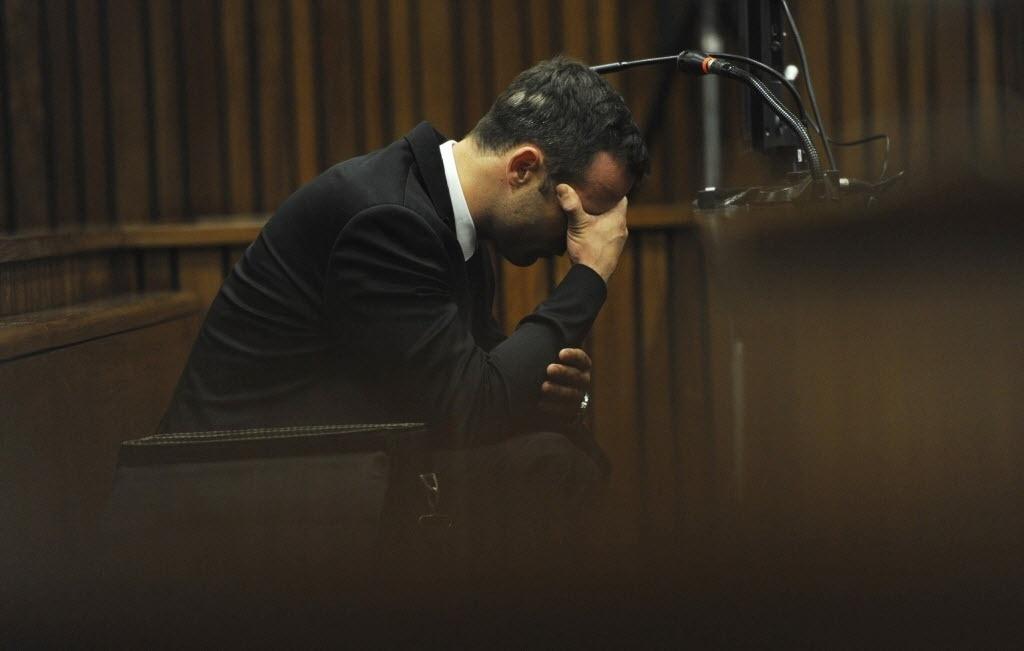 06.mar.2014 - Oscar Pistorius se mostra abalado durante o julgamento pela morte da modelo Reeva Steenkamp