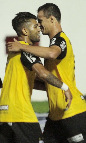 6.mar.2014 - Gabriel abraça Leandro Damião, que marcou o segundo gol do Santos sobre o Mogi Mirim pelo Campeonato Paulista