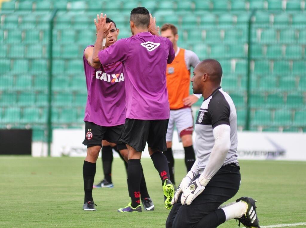06.mar.2014 - Jogadores do Atlético-PR comemoram gol em amistoso contra o Figueirense, em Santa Catarina