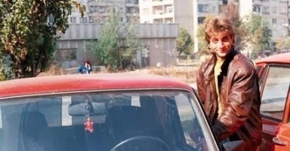 O jogador da foto é Trifon Ivanov, defensor búlgaro que virou ícone pop graças a suas figurinhas. Na imagem, ele chega a um treinamento com seu Lada, na década de 80