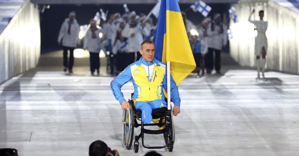 07.mar.2014 - Esquiador Mykhaylo Tkachenko é o único atleta da Ucrânia na cerimônia de abertura das Paraolimpíadas de Inverno de Sochi