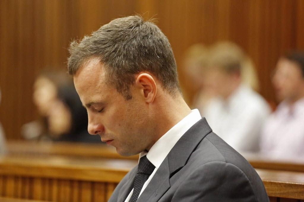 07.mar.2014 - Oscar Pistorius acompanha o quinto dia de julgamento pela morte da modelo Reeva Steenkamp