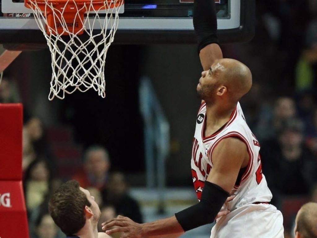 07.mar.2014 - Taj Gibson, ala-pivô do Chicago Bulls, sobe para a cravada com uma mão no duelo com o Memphis Grizzlies