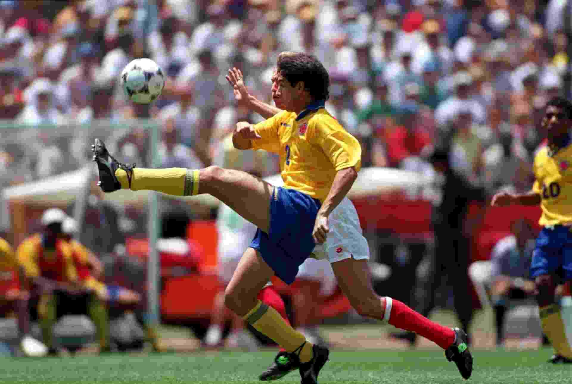 Escobar em ação contra a Suíça, na única vitória da Colômbia na Copa do Mundo de 1994 - David Cannon/Getty Images