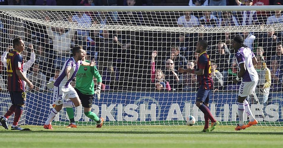 08.03.2014 - Adriano e Daniel Alves, respectivamente com a camisa do Barcelona, observam Fausto Rossi comemorar gol da vitória do Valladolid
