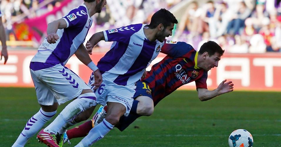08.03.2014 - Messi é caçado em campo por dupla do Valladolid