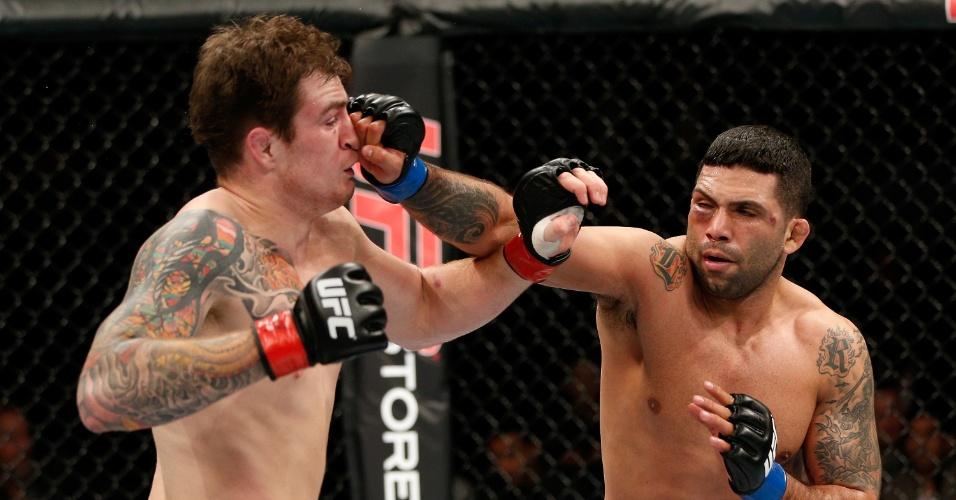 08.mar.2014 - Brasileiro Claudio Silva golpeia Brad Scott no UFC em Londres. O brasileiro venceu por decisão unânime