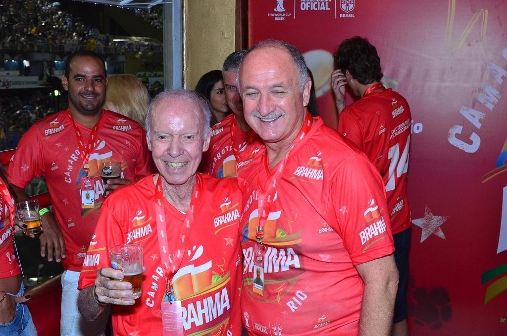 08.mar.2014 - Felipão posa ao lado de Zagallo durante desfile das campeãs no Rio de Janeiro