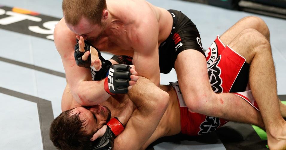 08.mar.2014 - Gunnar Nelson golpeia Omari Akhmedov na primeira luta do card principal em Londres. Nelson venceu por finalização