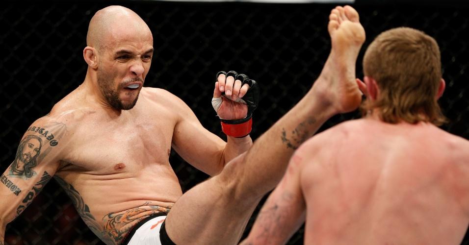 08.mar.2014 - Igor Araujo chuta Danny Mitchell no UFC em Londres. O brasileiro venceu a luta por decisão unânime