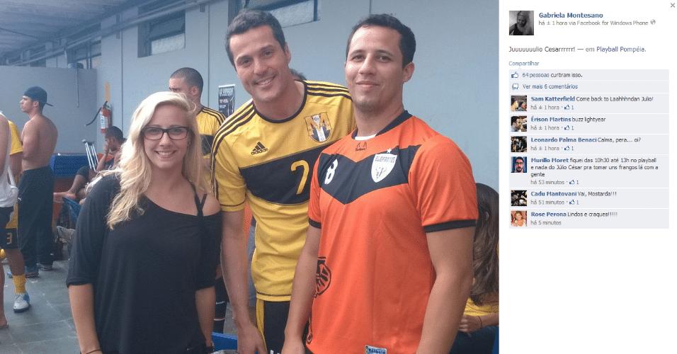 8.mar.2014 - Júlio César posa para foto durante torneio de futebol society em São Paulo