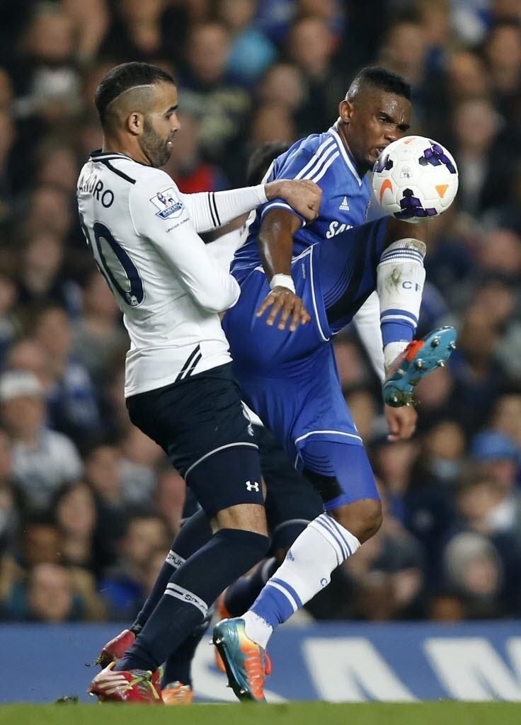 09. mar. 2014 - Sandro e Eto'o disputam bola em jogo do Tottenham contra o Chelsea pelo Campeonato Inglês