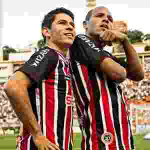 """09/03/2014 - Luis Fabiano e Osvaldo comemoram o segundo gol do São Paulo na vitória contra o Corinthians """"parados na esquina"""" - Eduardo Knapp/Folhapress"""