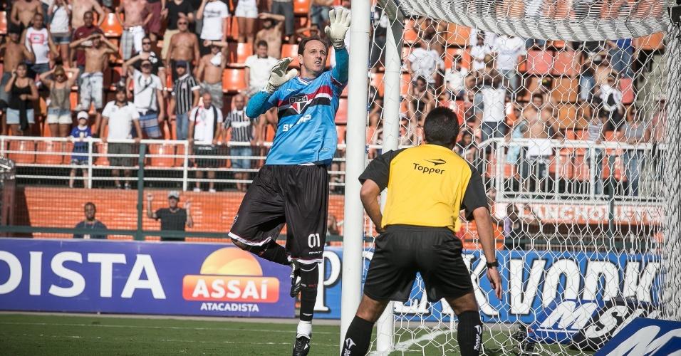 09.mar.2013 - Rogério Ceni sobe e acompanha a bola durante clássico entre São Paulo e Corinthians