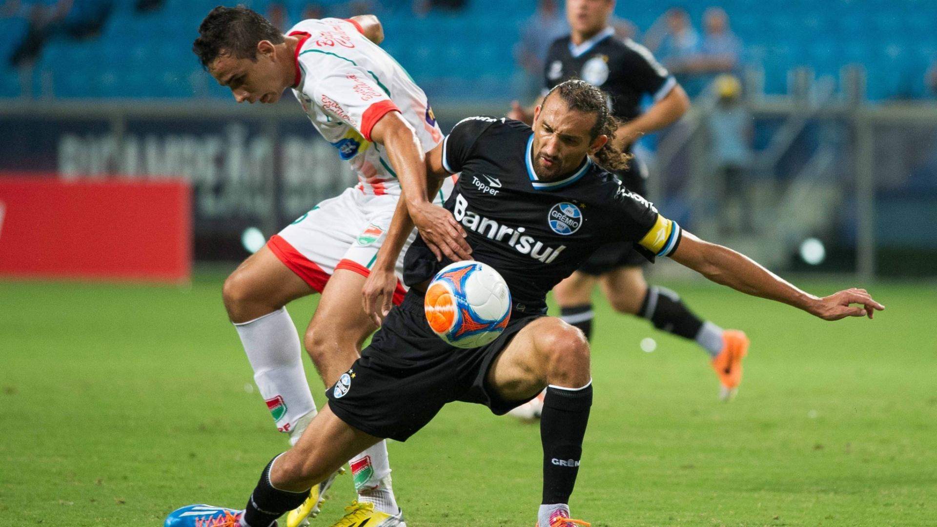09.mar.2014 - Autor do gol de empate do Grêmio, Barcos tenta dominar a bola contra o Passo Fundo