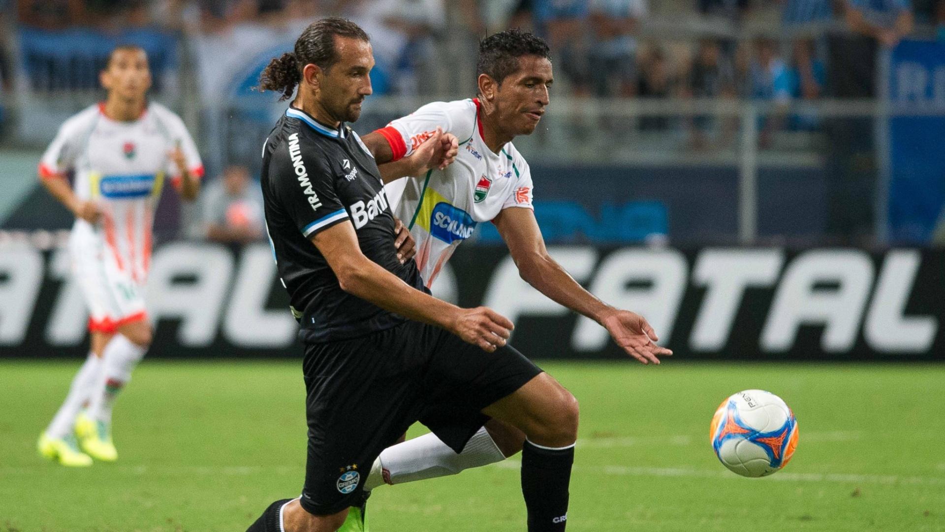 09.mar.2014 - Barcos avança para o ataque no jogo do Grêmio contra o Passo Fundo