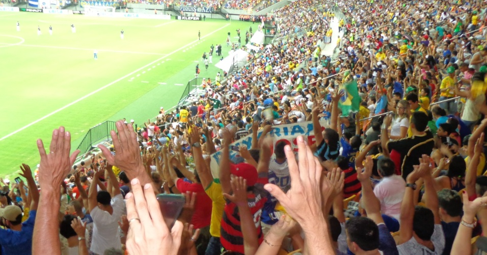 09.mar.2014 - Dentro do estádio há sete tons de cores nas cadeiras, representando frutas tropicais.
